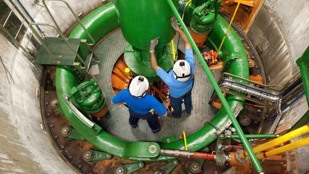 Agents d'exploitation en action lors des travaux de maintenance d'un groupe à l'usine de Luzech.