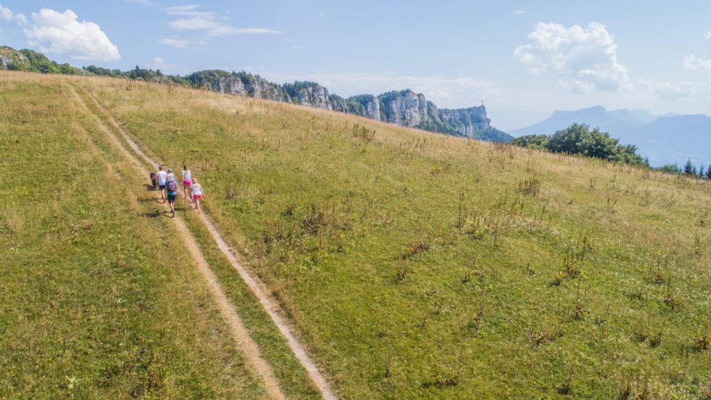 Sentier randonnée, vue Croix du Nivolet_ART PRISM - Grand Chambéry Alpes Tourisme